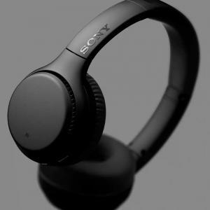 Sony-WH-XB700-Lifestyle